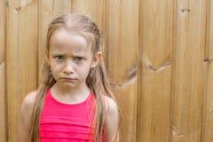 Utomhus- stående av den allvarliga lilla flickan Royaltyfria Bilder