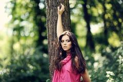 Utomhus- stående av den attraktiva flickan Arkivfoton