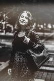 Utomhus- stående av den attraktiva kvinnan Den lyckliga flickan som ser, kom Fotografering för Bildbyråer