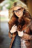 Utomhus- stående av den bärande sunglaen för ung härlig stilfull kvinna royaltyfria bilder