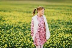 Utomhus- stående av den förtjusande lilla flickan Arkivbilder