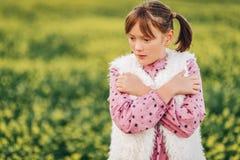 Utomhus- stående av den förtjusande lilla flickan Arkivfoton