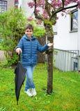 Utomhus- stående av den förtjusande pojken med paraplyet Arkivbild