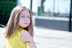 Utomhus- stående av den gulliga le lilla flickan Royaltyfri Foto