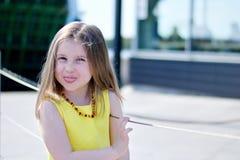 Utomhus- stående av den gulliga le lilla flickan Royaltyfri Fotografi