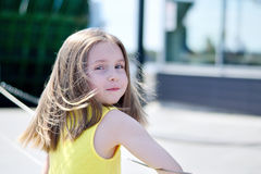 Utomhus- stående av den gulliga le lilla flickan arkivfoto