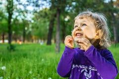 Utomhus- stående av den gulliga lilla flickan på ängen Arkivfoton