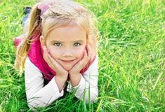Utomhus- stående av den gulliga liten flicka royaltyfria bilder