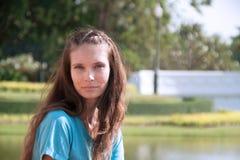 Utomhus stående av den härliga brunettflickan royaltyfria foton