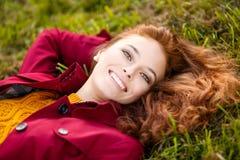 Utomhus- stående av den härliga rödhårig mankvinnan Arkivfoton