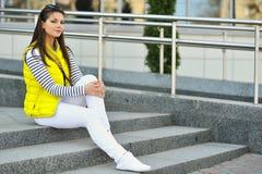 Utomhus- stående av den härliga stilfulla tonåriga flickan Fotografering för Bildbyråer