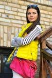 Utomhus- stående av den härliga stilfulla tonåriga flickan Royaltyfri Fotografi