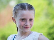 Utomhus stående av den härliga unga flickan Royaltyfri Bild
