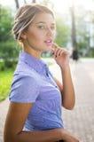 Utomhus stående av den härliga unga flickan arkivfoto