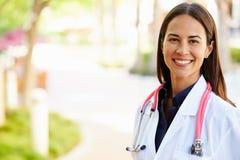 Utomhus- stående av den kvinnliga doktorn