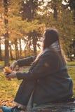 Utomhus- stående av den lyckliga härliga kvinnan Arkivfoton