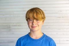 Utomhus- stående av den lyckliga le pojken fotografering för bildbyråer