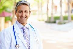 Utomhus- stående av den manliga doktorn Fotografering för Bildbyråer