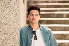 Utomhus- stående av den moderna attraktiva unga mannen i staden stads- bakgrund royaltyfria foton