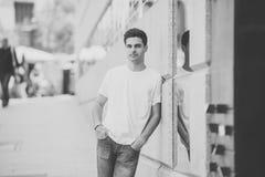 Utomhus- stående av den moderna attraktiva unga mannen i staden stads- bakgrund arkivbild