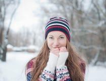 Utomhus- stående av den nätta unga flickan i vinter Arkivfoto
