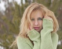 Utomhus- stående av den nätta unga kvinnan i vinter Royaltyfria Foton