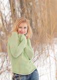 Utomhus- stående av den nätta unga kvinnan i vinter Fotografering för Bildbyråer