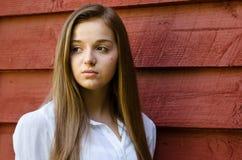 Utomhus- stående av den nätta unga tonåriga flickan Arkivfoton