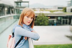 Utomhus- stående av den roliga lilla skolflickan Arkivfoto
