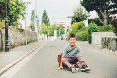 Utomhus- stående av den roliga lilla skolpojken Royaltyfri Fotografi