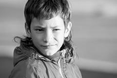 Utomhus- stående av den unga lyckliga le tonåriga pojken på utomhus- natu fotografering för bildbyråer