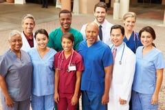 Utomhus- stående av det medicinska laget royaltyfria foton