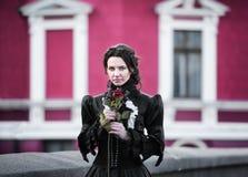Utomhus stående av en dam med den röda rosen Royaltyfria Bilder