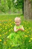 Utomhus- stående av en gullig liten flicka Royaltyfri Bild