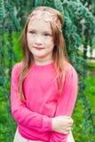Utomhus- stående av en gullig liten flicka i exponeringsglas Arkivbild