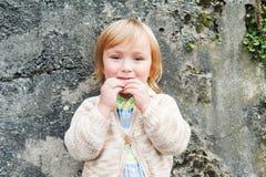Utomhus- stående av en gullig litet barnpojke Royaltyfria Foton