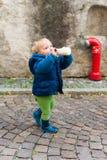 Utomhus- stående av en gullig litet barnpojke Arkivbilder