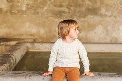 Utomhus- stående av en gullig pys Royaltyfria Bilder