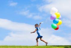 Utomhus- stående av en gullig ung liten svart flicka som spelar med Fotografering för Bildbyråer