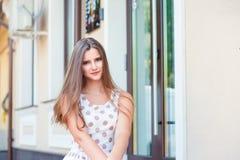 Utomhus stående av en härlig misstänksam skeptisk kvinna royaltyfria bilder