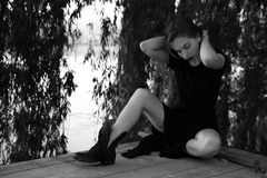 Utomhus- stående av en ledsen tonårs- flicka som ser fundersam om problemen, begreppet av sorgsenhet, ensamhet Arkivfoto