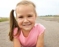 Utomhus- stående av en liten flicka royaltyfria foton