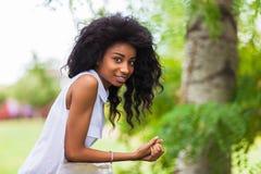 Utomhus- stående av en tonårs- svart flicka - afrikanskt folk Royaltyfri Fotografi