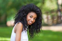 Utomhus- stående av en tonårs- svart flicka - afrikanskt folk Arkivfoton