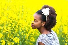 Utomhus- stående av en ung härlig afrikansk amerikankvinna in Royaltyfri Fotografi