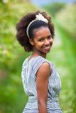 Utomhus- stående av en ung härlig afrikansk amerikankvinna - B royaltyfria bilder