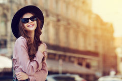 Utomhus- stående av en ung härlig trendig lycklig dam som poserar på gatan Modell som bär stilfull kläder flicka Royaltyfri Fotografi