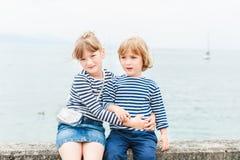 Utomhus- stående av förtjusande barn Royaltyfri Bild