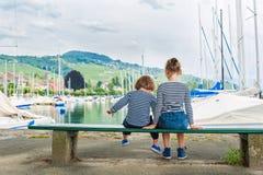 Utomhus- stående av förtjusande barn Arkivbild
