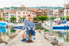 Utomhus- stående av förtjusande barn Royaltyfria Foton